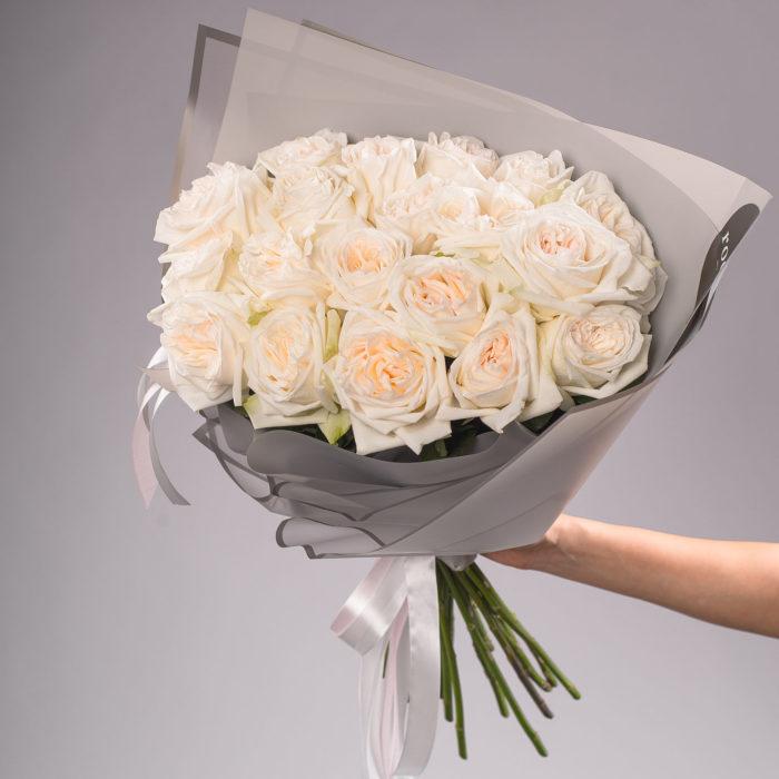 Монобукет из ароматных пионовидных роз O'Hara White.