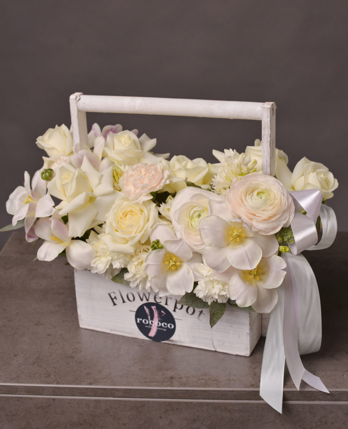 Композиция в деревянной корзине, цветы Сочи