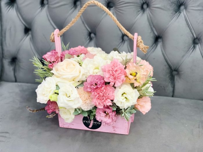 Доставка цветов к празднику.
